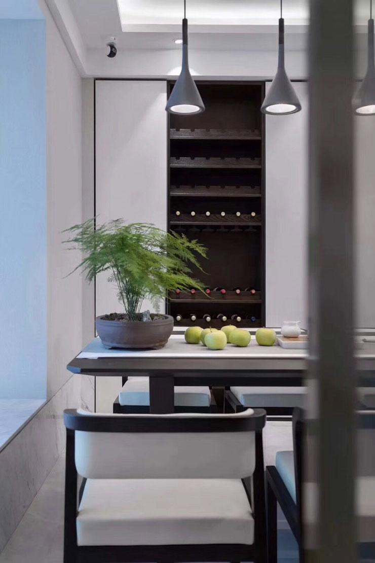 餐厅设计也是遵循了极简主义,黑白搭配,时尚现代