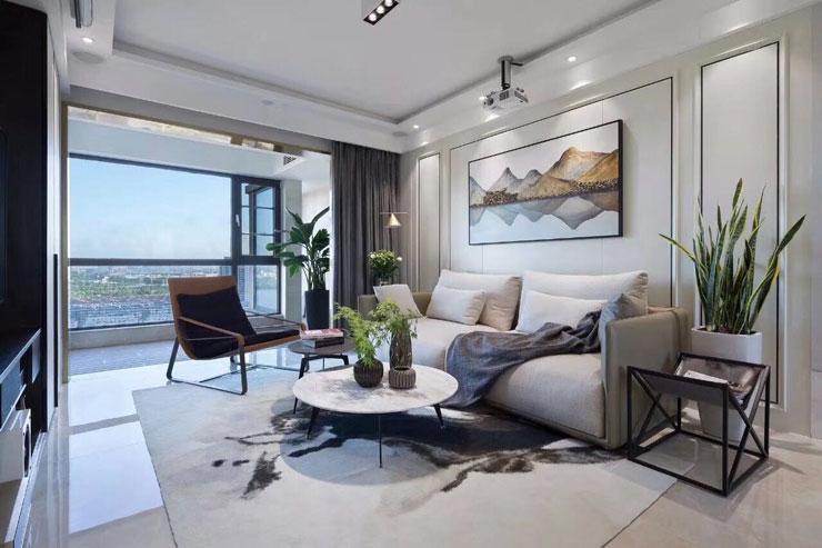 选用了浅灰的沙发,深灰的窗帘,黑色的木质家具,让客厅的色彩富有层次感;绿植与整个风格搭配得很和谐