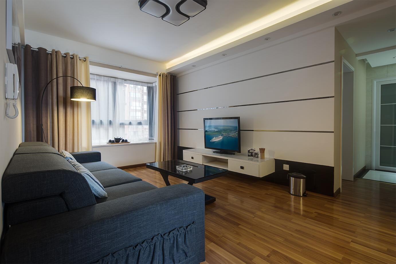 客厅不带阳台,飘窗的采光稍微欠缺,但配上极具设计感的落地吊灯就弥补了这一缺憾,同时为客厅增加了时尚度