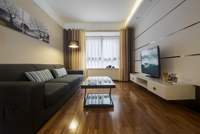 木地板与窗帘的选色非常和谐,装饰画也很适合布艺沙发和简洁的客厅