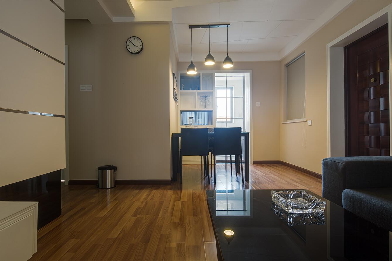 简易的四座餐桌,适合小居室,时尚与温馨并存
