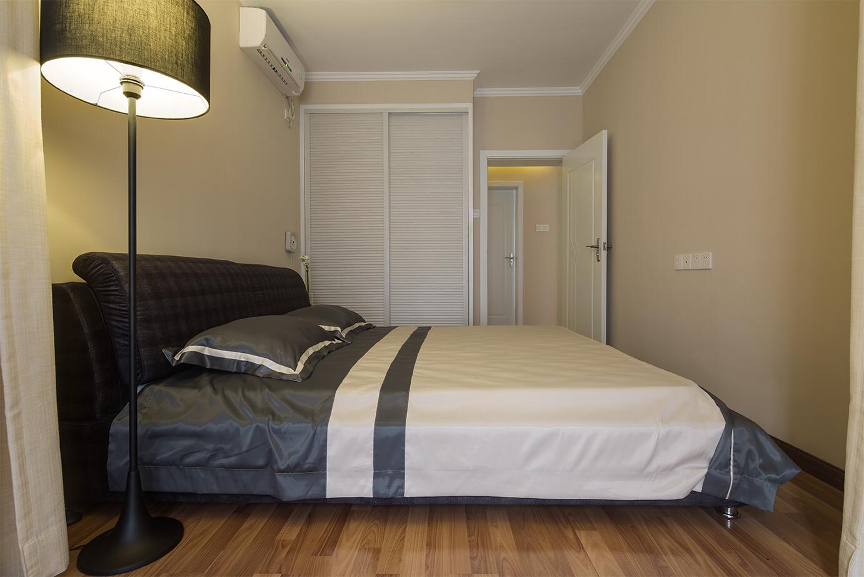 与客厅同款的落地灯,屋主把极简发挥到了极致,卧室没有任何多余的东西