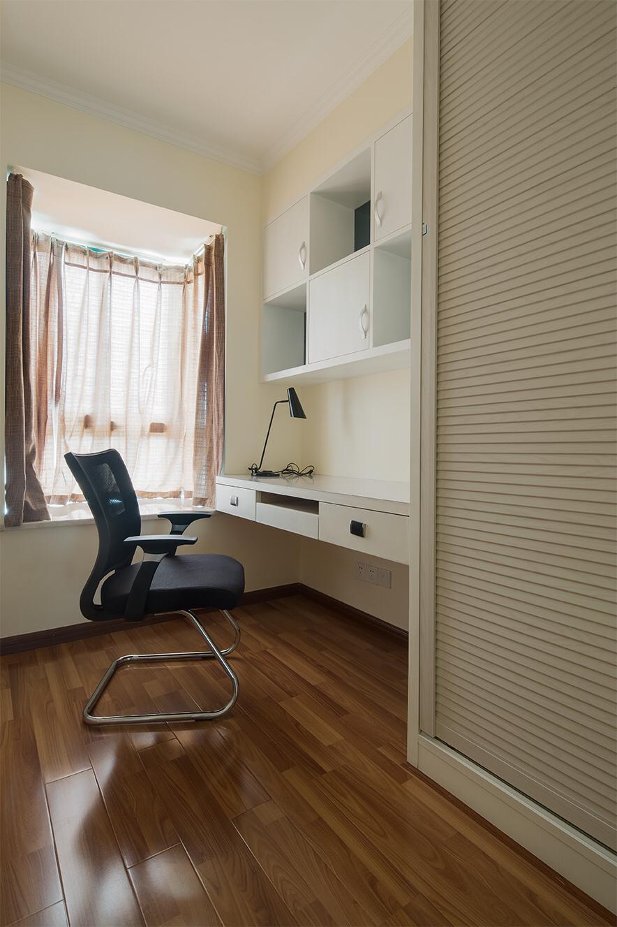 书房空间小,工作台节省空间的同时又发挥了书桌的作用