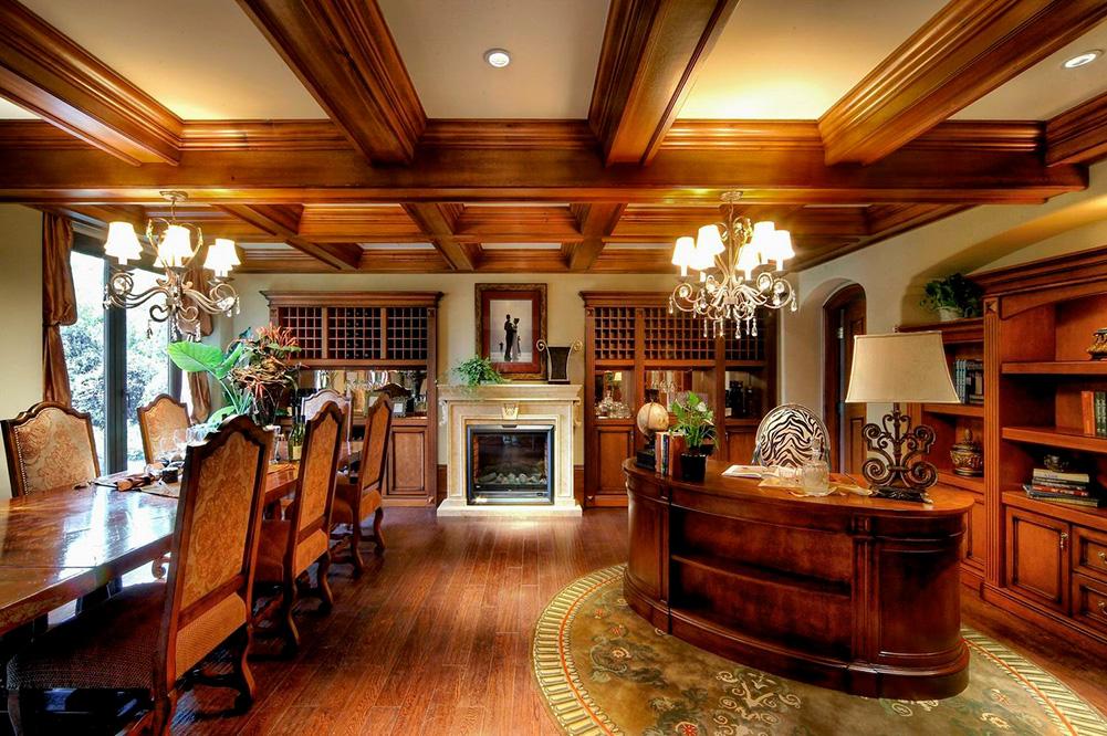餐厅空间开阔,加长的餐桌和美式壁炉,很有贵族气息