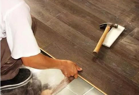 木地板能铺在瓷砖上面吗?有哪些注意事项?