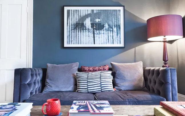 客厅装饰还在纠结?快来感受蓝色天鹅绒沙发的魅力吧!