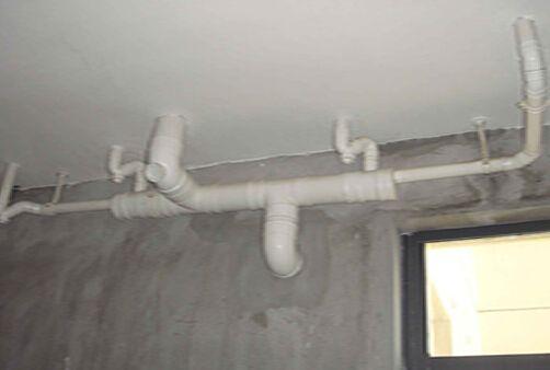 卫生间装修水管走顶好还是走地好?两种装修方式各有什么优缺点?