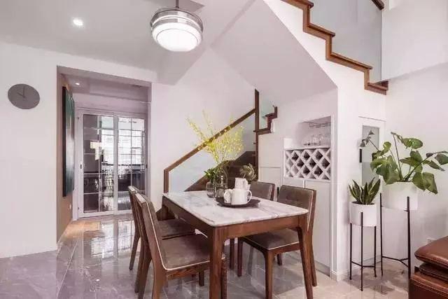 复式简约装修 棕色家具配大白墙 素净不失大气!