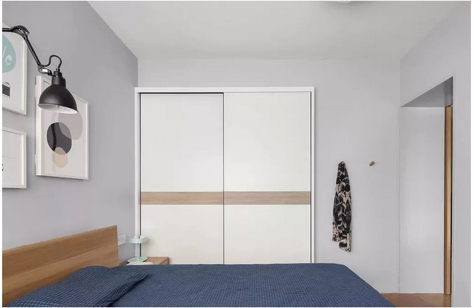 80�O简约风格二居室 收纳背景墙配隐形门 东西再多也不愁!