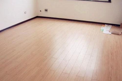 地面翻新之木地板能否直接铺在瓷砖上?有哪些注意事项?